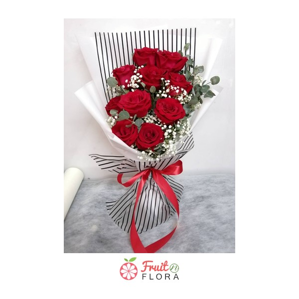 ช่อดอกกุหลาบแดงแสนสวย ห่อด้วยกระดาษห่อลายทางสีขาว-ดำ ช่างสวยงามเสียจริง ๆ ค่ะ
