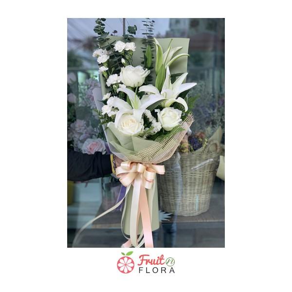 ช่อดอกลิลลี่กับดอกลิลลี่สีขาวที่สื่อถึงความรักแท้ห่อด้วยกระดาษสีเขียวและกระสอบสีน้ำตาลอย่างสวยงาม