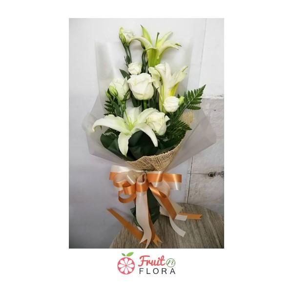 ช่อดอกไม้สวย ๆ จัดรวมดอกกุหลาบสีขาวและดอกลิลลี่สีขาวล้วนเป็นช่อเดียวกัน