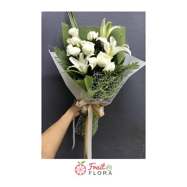 ช่อดอกไม้ดีไซน์เรียบหรู จัดแต่งด้วยดอกกุหลาบและดอกลิลลี่สีขาวล้วนรวมกันในช่อเดียว