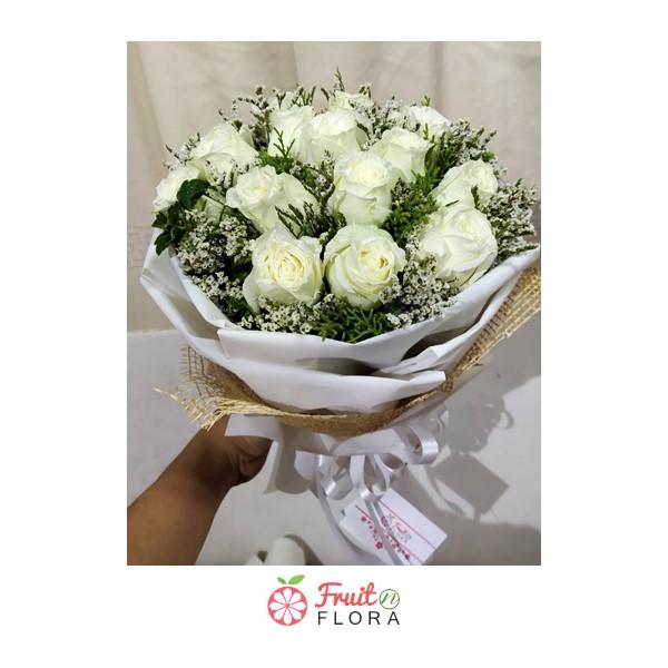 ช่อดอกกุหลาบขาวสวย ๆ สื่อถึงความรักแท้อันบริสุทธิ์ คัดสรรคุณภาพ จัดแต่งอย่างประณีต