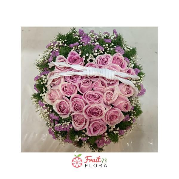 กระเช้าดอกกุหลาบสีชมพู แซมด้วยดอกยิปโซและสแตติสอย่างสวยงาม
