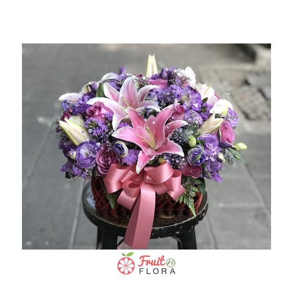 กระเช้าดอกไม้จัดหนัก จัดเต็มด้วยดอกไม้สวย ๆ สีหวาน ๆ ให้ความรู้สึกสดชื่นอิ่มเอมใจค่ะ