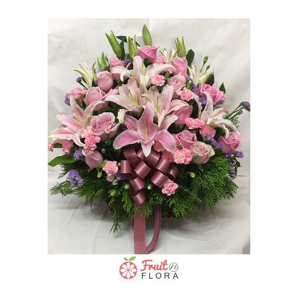 กระเช้าดอกไม้ใบกะทัดรัด ดีไซน์เก๋ ๆ จัดตกแต่งด้วยดอกไม้สดหลากสีสันสดใสสวยงาม