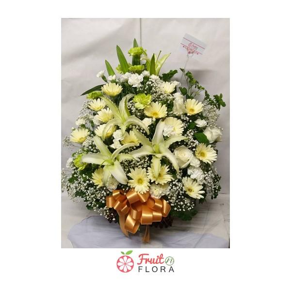 กระเช้าดอกไม้สดโทนสีขาว-เหลือง ดูสดชื่น สบายตา เหมาะสำหรับประดับบ้านให้น่าอยู่ยิ่งขึ้น