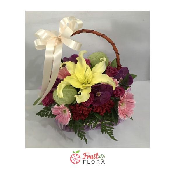 กระเช้าดอกไม้ไซส์เล็กน่ารัก ๆ คัดสรรดอกไม้คุณภาพดีหลากสีสันโดยเฉพาะ