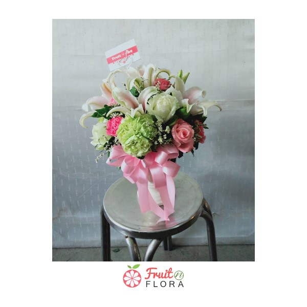 แจกันดอกไม้สดสวย ๆ เพิ่มบรรยากาศสดชื่นภายในบ้านหรือโต๊ะทำงาน