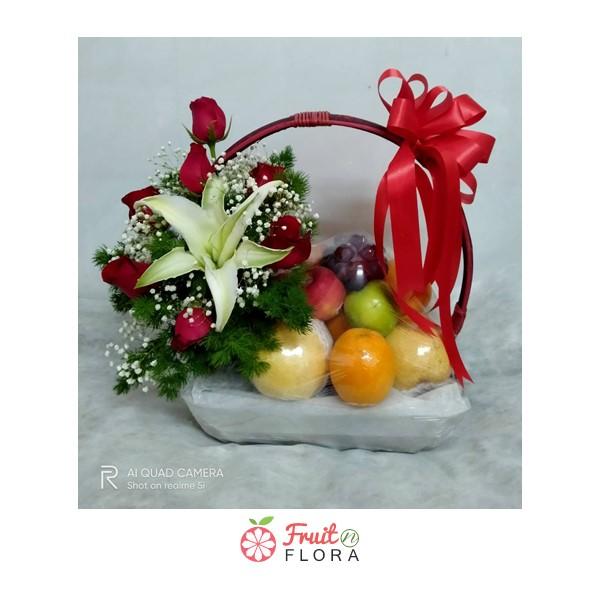 ของขวัญแทนความรักและความห่วงใยในสุขภาพ ด้วยกระเช้าผลไม้สดใบเล็ก ๆ ตกแต่งด้วยดอกไม้สวยๆ