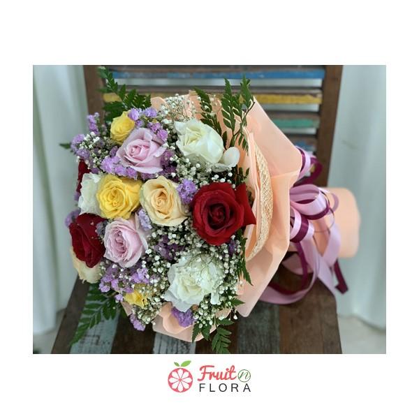 ช่อดอกไม้สวย ๆ ทรงกลม จัดแต่งด้วยดอกกุหลาบคละสี