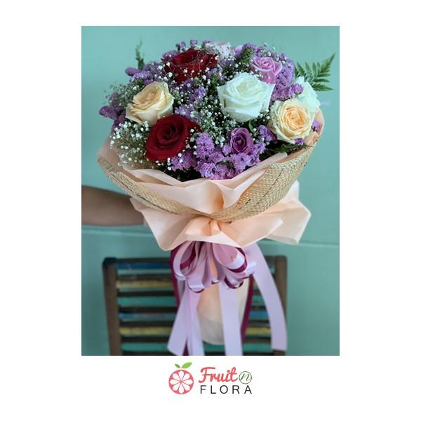 ดอกกุหลาบคละสีแซมด้วยดอกสแตติสและดอกยิปโซ จัดรวมกันเป็นช่ออย่างสวยงาม