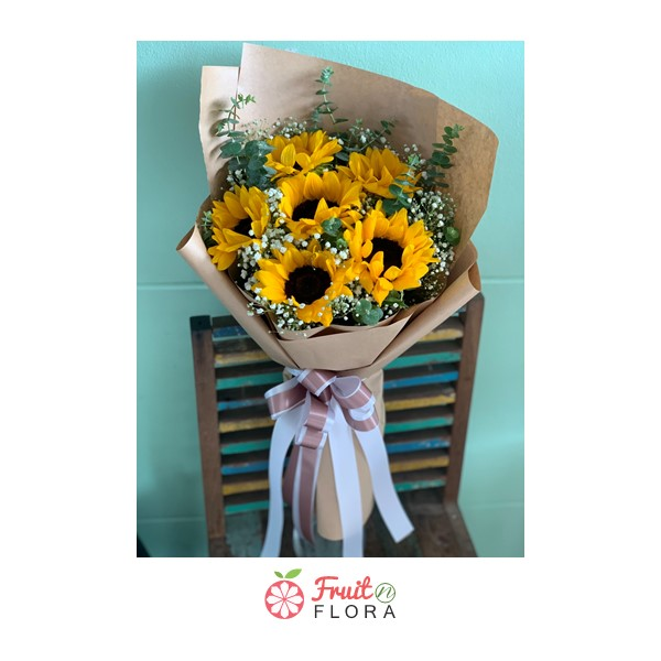 ช่อดอกทานตะวันสีเหลืองอร่ามสดใส ห่อกระดาษสีน้ำตาล แค่ได้มองก็รู้สึกชื่นใจ