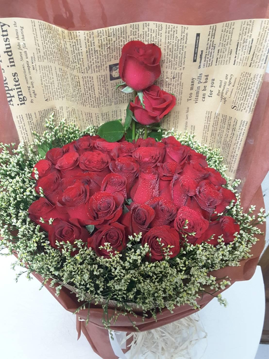 ช่อดอกกุหลาบสีแดง ดอกไม้แห่งความรักและความโรแมนติก