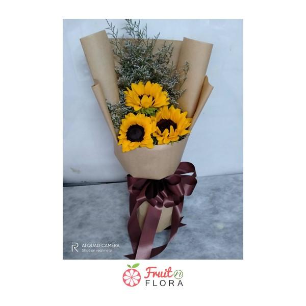 ช่อดอกทานตะวันห่อด้วยกระดาษสีน้ำตาล สื่อถึงการให้กำลังใจและอยู่เคียงข้างคนที่เรารัก