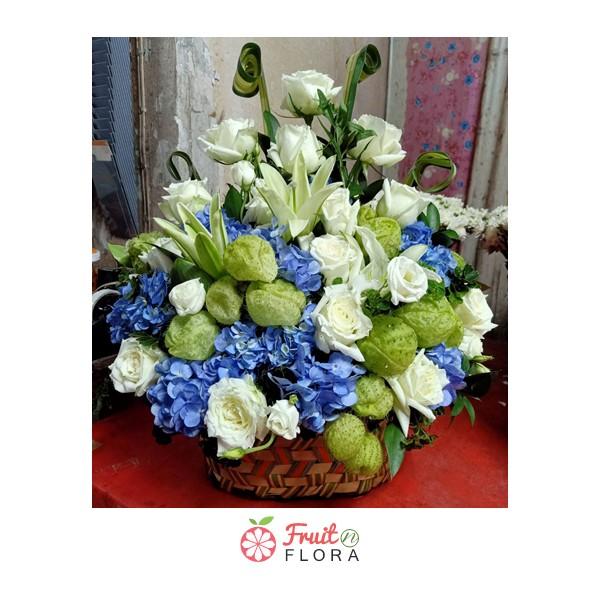 กระเช้าดอกไม้ที่ใคร ๆ ก็ชอบ จัดแต่งด้วยดอกไม้นานาชนิด ไม่ว่าจะเป็นดอกลิลลี่ กุหลาบ และไฮเดรนเยีย