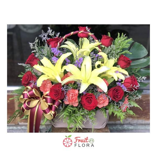 กระเช้าดอกไม้ใบโต ตกแต่งด้วยดอกกุหลาบ ลิลลี่ และคาร์เนชั่น สวยงามโดดเด่นสะดุดตา