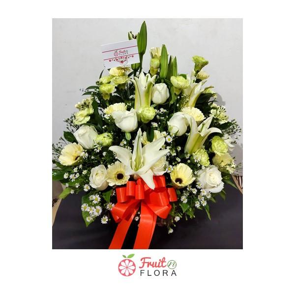 กระเช้าดอกไม้สดโทนสีขาว-เหลือง จัดตกแต่งด้วยดอกไม้นานาพันธุ์ ดูสดชื่น สบายตา