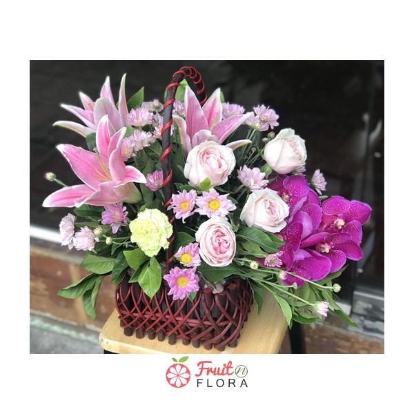 กระเช้าดอกไม้สวย ๆ เพิ่มลูกเล่นด้วยการเล่นสีชมพู-ม่วง โดดเด่นสะดุดตาค่ะ