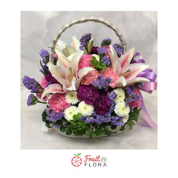 กระเช้าดอกไม้ไซส์เล็กน่ารัก ๆ จัดแต่งด้วยดอกลิลลี่ คาร์เนชั่น และมัม
