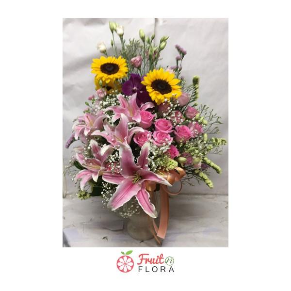 แจกันดอกไม้นานาพันธุ์ ประดับบ้านก็ได้ นำไปเยี่ยมญาติผู้ใหญ่ก็ดี
