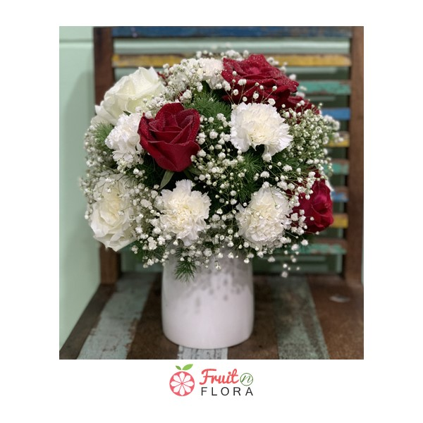 แจกันดอกไม้ดีไซน์น่ารัก จัดแต่งด้วยดอกกุหลาบสีขาว-แดง เหมาะสำหรับมอบให้คนพิเศษของคุณ