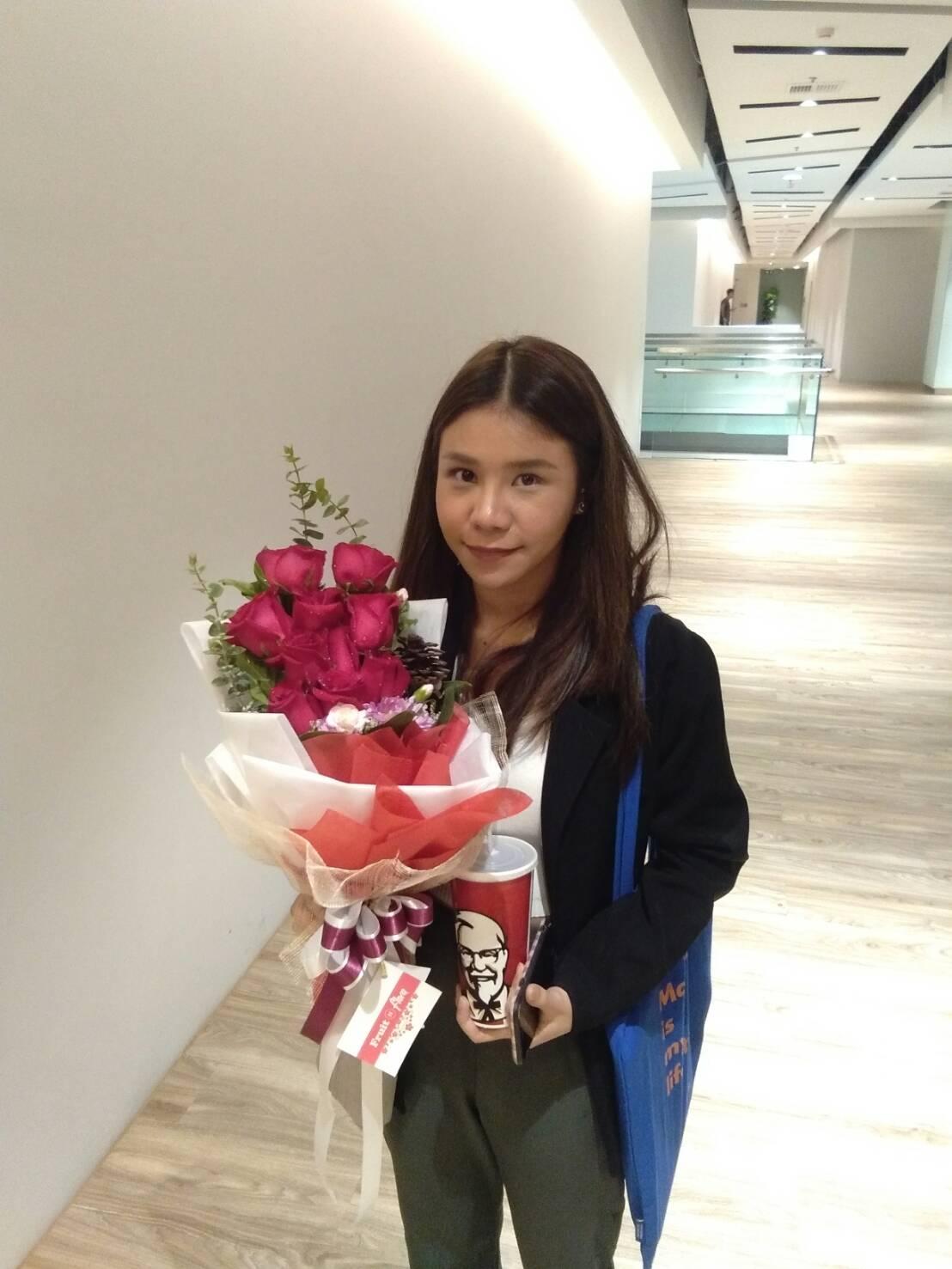 ช่อดอกกุหลาบสีแดง 10 ดอก แซมด้วยดอกมัมและดอกยิปโซ สื่อความรู้สึกดีๆ ถึงคนที่เรารัก