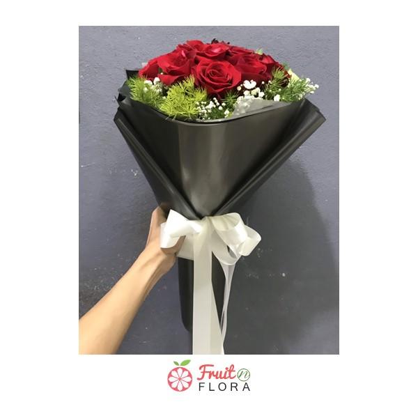 ช่อดอกกุหลาบสีแดงแซมด้วยดอกสุ่ยอย่างสวยงาม ห่อด้วยกระดาษสีเทา