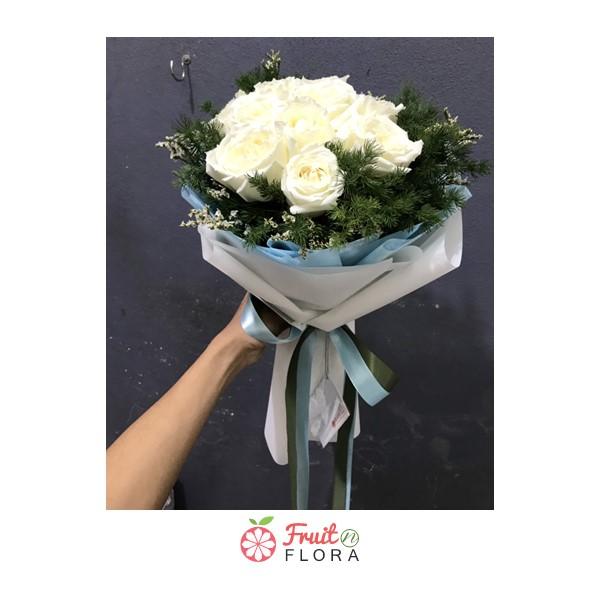 ช่อดอกกุหลาบขาวทรงกลม ล้อมรอบด้วยดอกสุ่ย สื่อถึงความรักอันบริสุทธิ์ที่ผู้ให้มีต่อผู้รับ