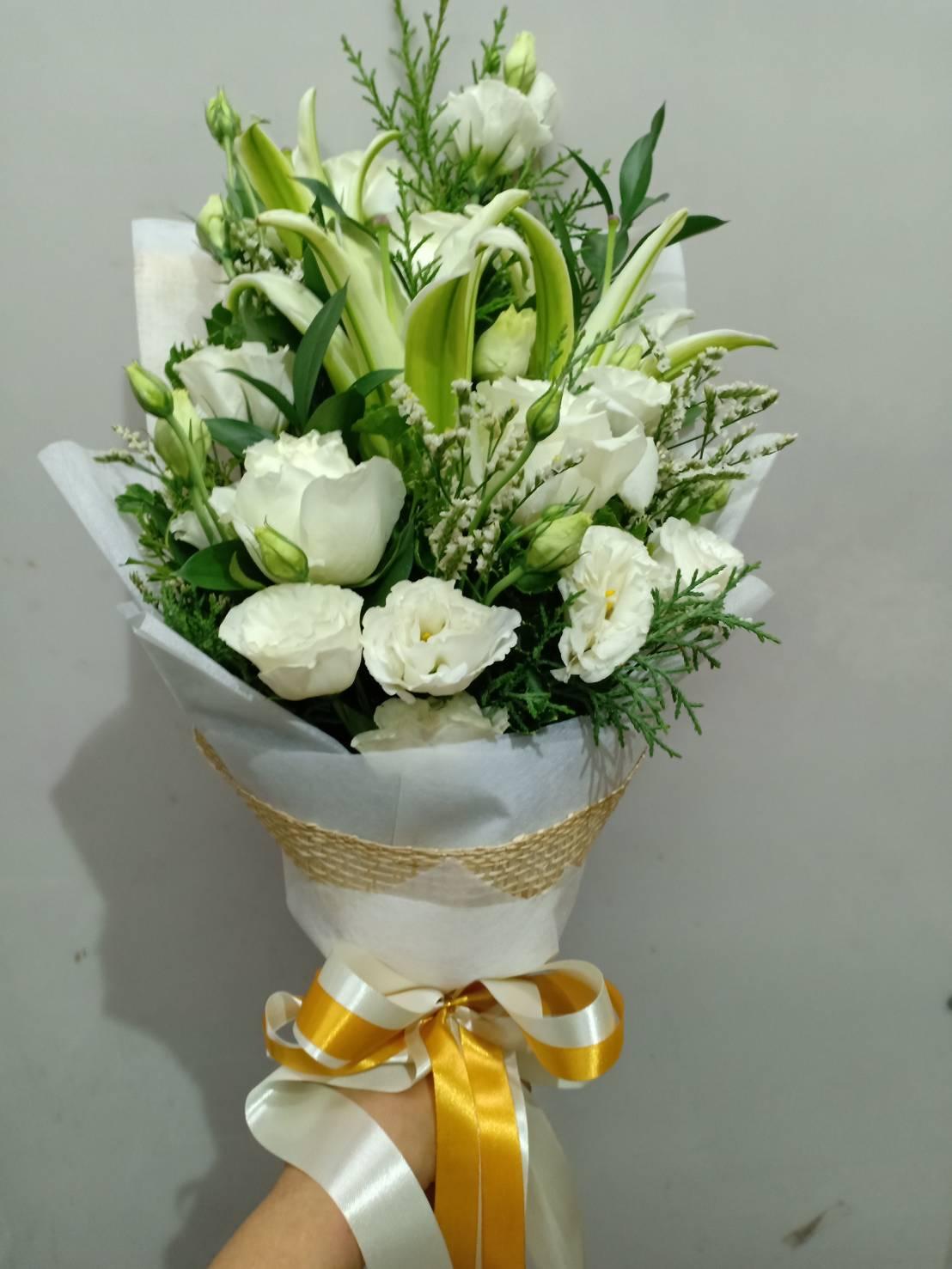 ช่อดอกกุหลาบสีขาวและดอกลิลลี่สีขาวล้วน สื่อถึงความรักแท้ที่มีต่อคนที่เรารัก