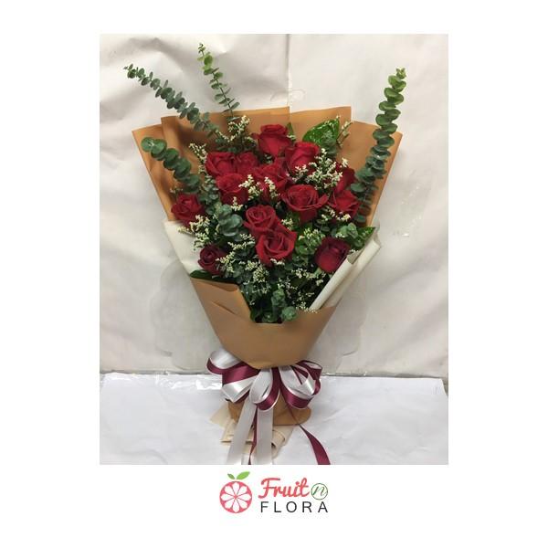 ช่อดอกกุหลาบแดงสุดเก๋ แซมด้วยดอกมัมและดอกยิปโซ ผูกโบด้วยริบบิ้นขาว-แดง