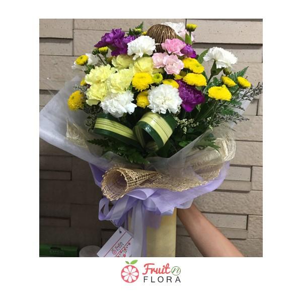 ช่อดอกไม้สวยๆ สุดกะทัดรัด ตกแต่งอย่างดีด้วยดอกคาร์เนชั่น กล้วยไม้ และมัม