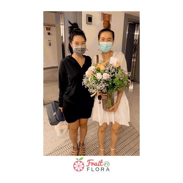 สาวสองคนกับขวดโหลแก้วจัดแต่งดอกไม้อย่างสวยหรู ดูดีมีคลาสสุด ๆ