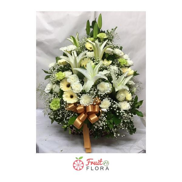 กระเช้าดอกไม้ดีไซน์เรียบ แต่แฝงความหรูหรา จัดแต่งด้วยดอกไม้โทนสีขาว-เหลือง-เขียวอย่างสวยงาม