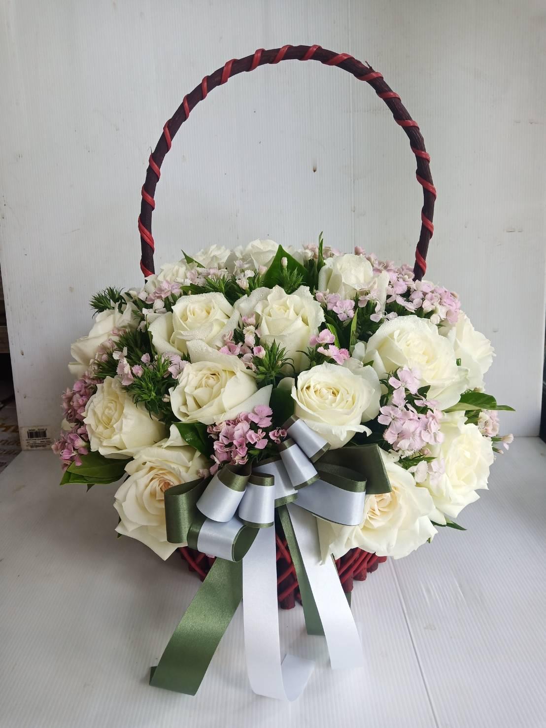 กระเช้าดอกไม้สีขาว แซมด้วยผีเสื้อ มอบให้ใคร ย่อมรู้สึกดีทั้งนั้น