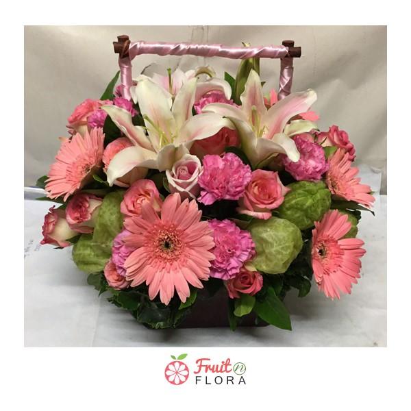 กระเช้าดอกไม้จัดแต่งด้วยดอกไม้นานาพันธุ์ ดีไซน์สวยเก๋ล้ำ ไม่ซ้ำแบบใคร