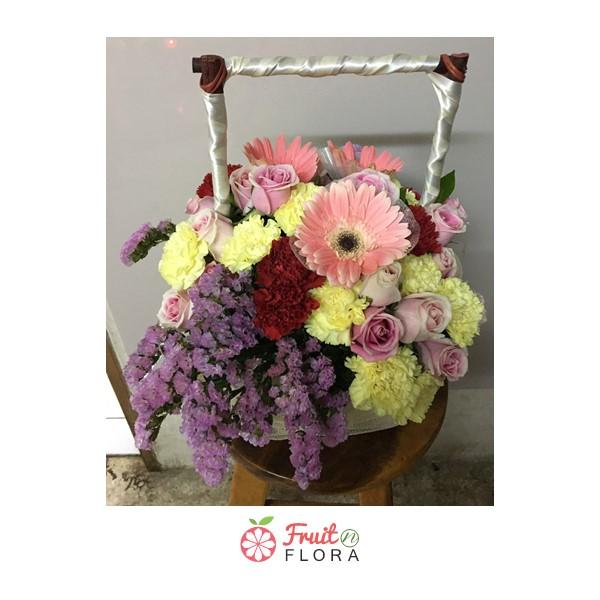 กระเช้าดอกไม้ทรงสี่เหลี่ยมตกแต่งด้วยดอกไม้นานาพันธุ์ มอบแทนคำอวยพรและความยินดี