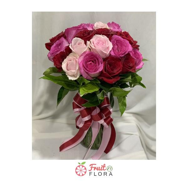แจกันดอกกุหลาบโทนสีแดง-ชมพู สื่อความนัยถึงความรักที่แสนอ่อนหวานและโรแมนติก