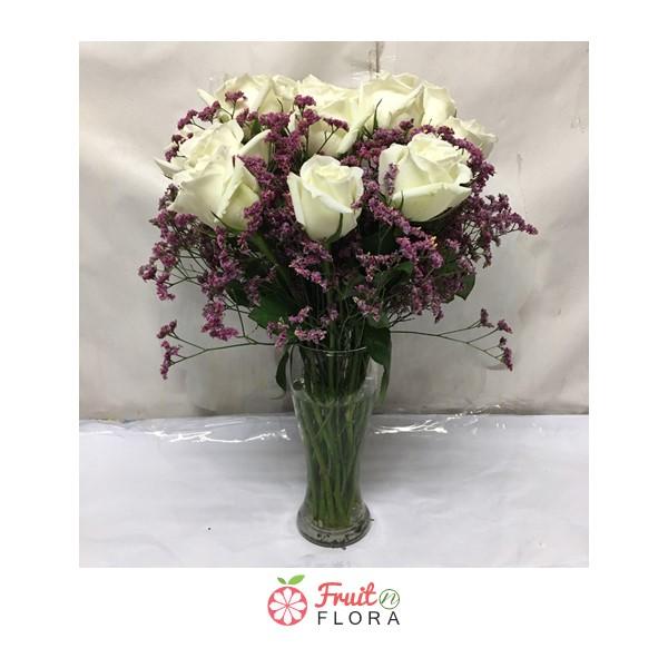 แจกันดอกกุหลาบขาวสวย ๆ แซมด้วยดอกคัตเตอร์ มอบให้คนพิเสษของคุณได้ทุกวัน