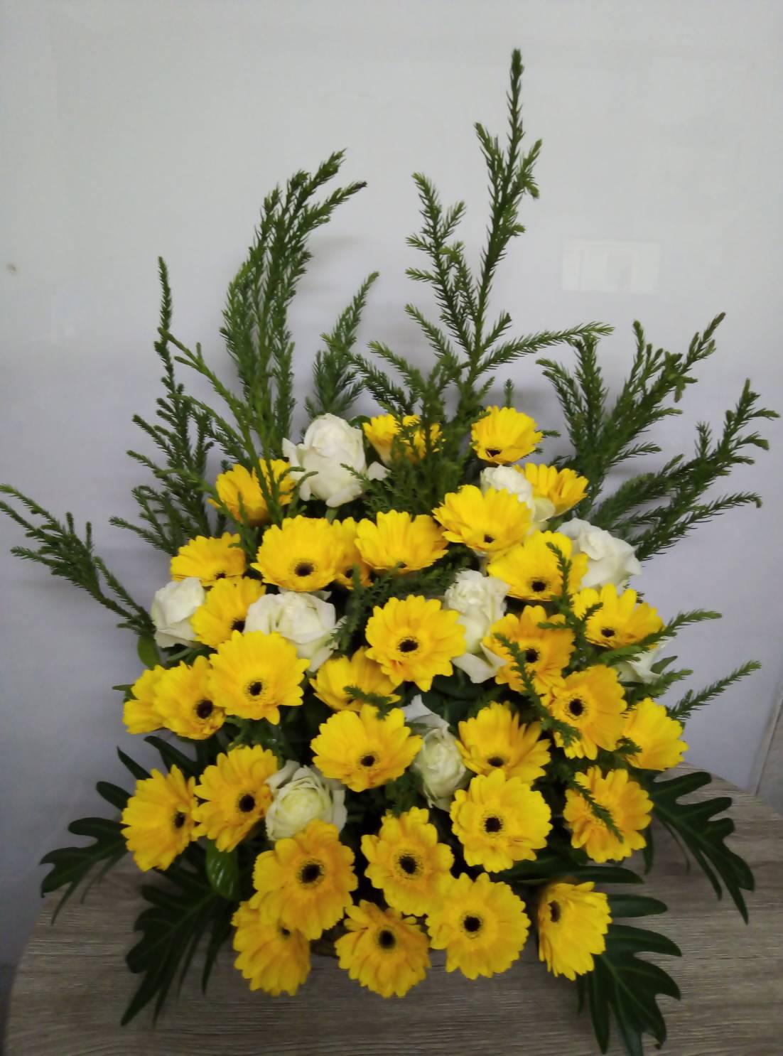 กระเช้าดอกเยอบีร่าสีเหลืองและดอกไลเซนทัสสีขาว สดใส โดดเด่นสะดุดตา