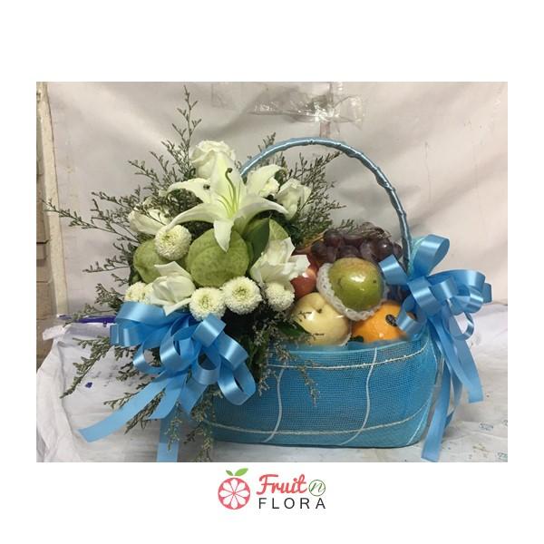 กระเช้าผลไม้ตกแต่งด้วยดอกไม้สวย ๆ สื่อถึงความรักความห่วงใยได้เป็นอย่างดี