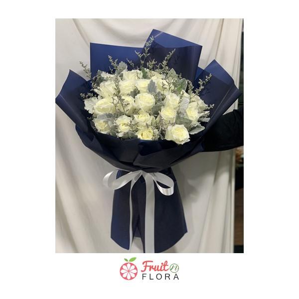 ดอกกุหลาบสีขาวแซมด้วยดอกสุ่ยและดอกยิปโซห่อด้วยกระดาษแก้วสีน้ำเงิน ดูคลาสสิกสุดๆ