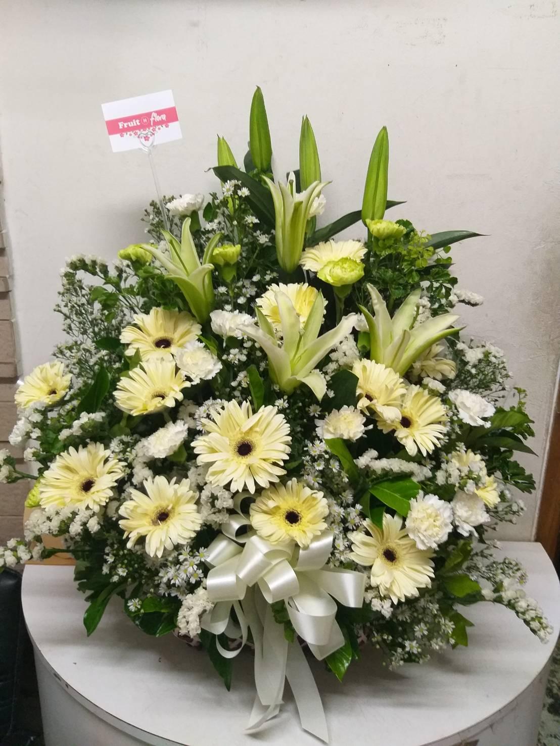 กระเช้าดอกไม้โทนสีขาว-เหลือง จัดแต่งด้วยดอกไม้นานาพันธุ์อย่างสวยงาม