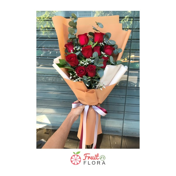 ช่อดอกกุหลาบสีแดงห่อด้วยกระดาษห่อสีส้ม สวยงาม หรูหรา เลอค่าสุดๆ