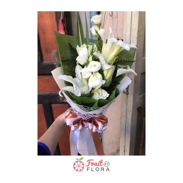 ช่อดอกกุหลาบขาวแซมด้วยดอกลิลลี่ขาวห่อด้วยกระดาษสีขาว-เขียว