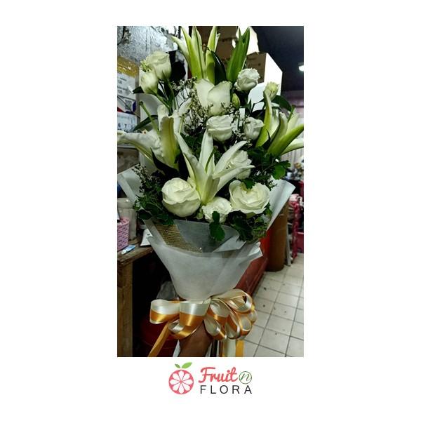 ช่อดอกไม้สีขาวสื่อถึงความรักอันบริสุทธิ์ มอบให้กับพ่อแม่ หรือคนที่คุณรักกันนะคะ