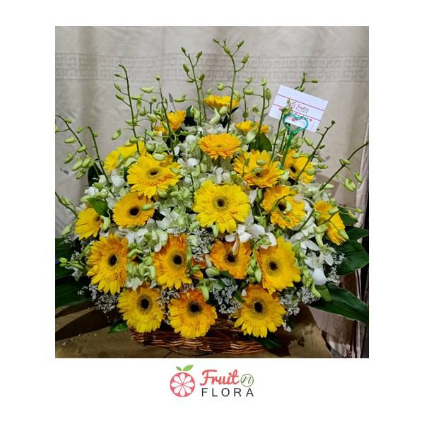 กระเช้าดอกเยอบีร่าสีเหลืองแซมด้วยดอกไลเซนทัส เพิ่มความสดใส สดชื่นให้กับชีวิตได้ทุกวัน