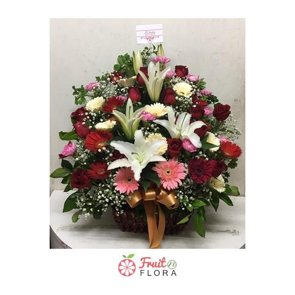 กระเช้าดอกไม้สีสันสวยงาม พร้อมสร้างความสุขและความสดชื่นให้กับชีวิตและห้องของคุณค่ะ