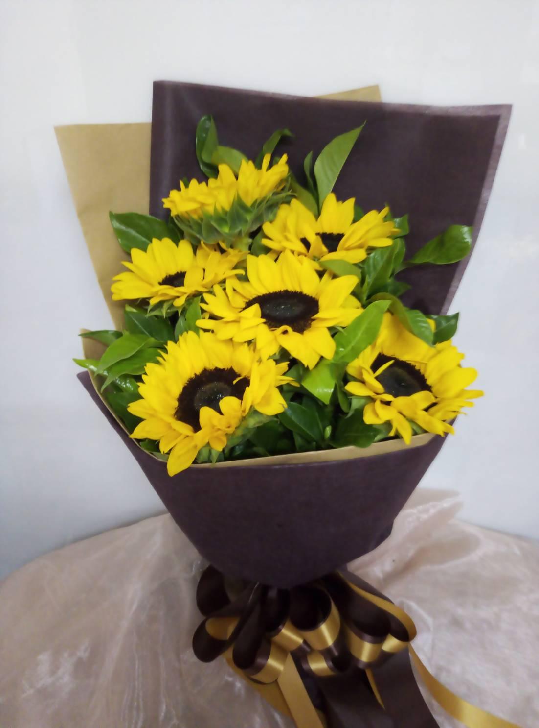 ช่อดอกทานตะวันสีเหลืองอร่ามสดใส ให้ความรู้สึกสดชื่นตลอดทั้งวัน