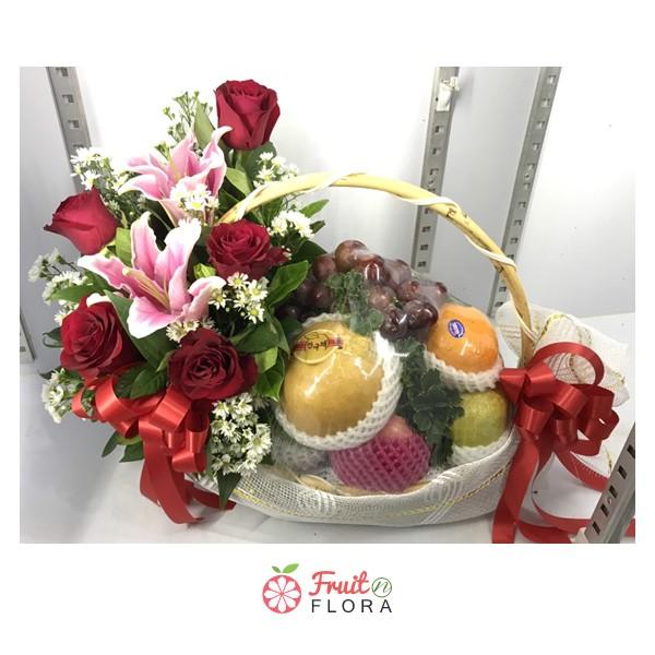 กระเช้าผลไม้สด เลือกสรรเฉพาะผลไม้สดตามฤดูกาลคุณภาพดีมาจัดวาง พร้อมประดับด้วยดอกไม้สวย ๆ อย่างสวยงาม