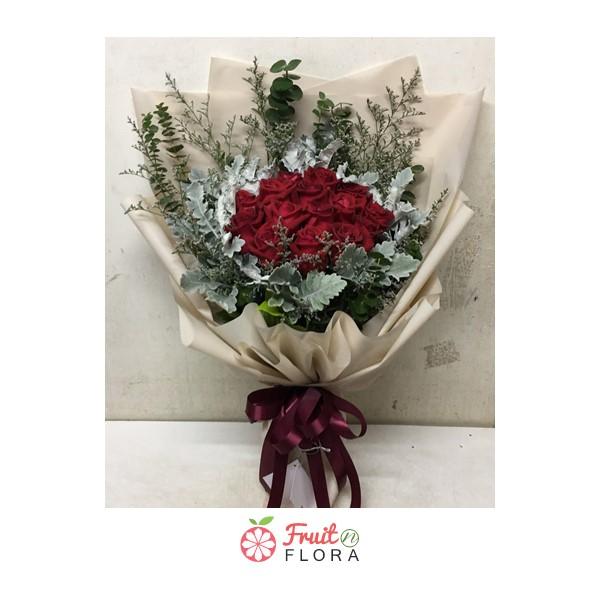 ช่อดอกกุหลาบแดงทรงสูง ให้ความรู้สึกหรูหรา มีเสน่ห์ที่น่าค้นหา