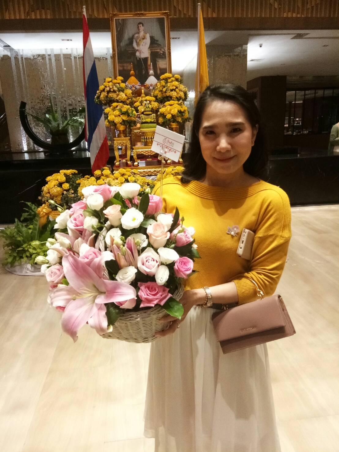 ดอกกุหลาบ ดอกลิลลี่ และดอกคาร์เนชั่น ถูกจัดรวมไว้อย่างสวยงามในกระเช้า มอบให้แก่คนพิเศษ